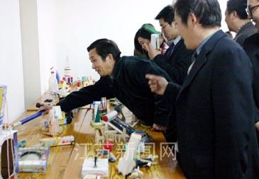 会上展出了师专附小学生制作的1600多项科技小发明