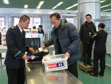 禄口机场安检推出凭牌取物服务(图)