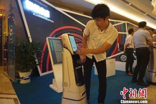 2017常州数字创意产业论坛上亮相的各类机器人吸睛 唐娟 摄