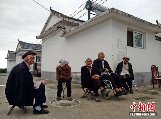 集中居住区老年公寓的老人们聚在在拉家常。