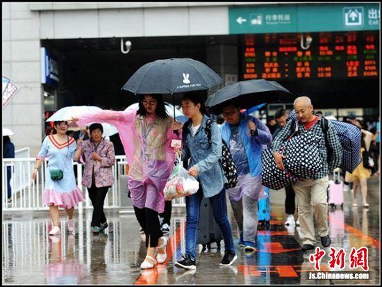 不畏大雨坚持送子女入学的家长们。