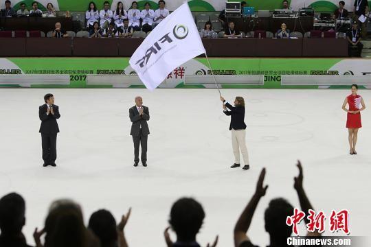 赛事会旗交接仪式。 泱波 摄