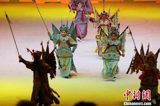国粹京剧《龙飞凤舞》充分展示了京剧身段和水袖艺术的非凡魅力。 泱波 摄