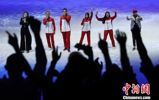 张颢、叶浩钦、冯辉、秦雨晴等4位运动员献上了歌曲联唱《平凡之路》《最初的梦想》,展现出了运动员们青春向上、多才多艺的一面。 泱波 摄