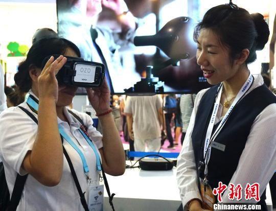 图为观展市民感受VR眼镜。 孙权 摄