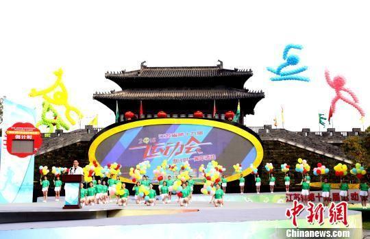 图为江苏省第十九届运动会倒计时一周年启动仪式扬州举行。 崔佳明 摄