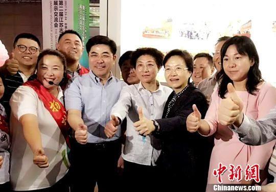 图为王燕文(右二)为志愿者点赞。 崔佳明 摄