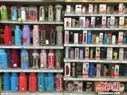 超市货架上,各种保温杯货品琳琅满目。 朱晓颖 摄