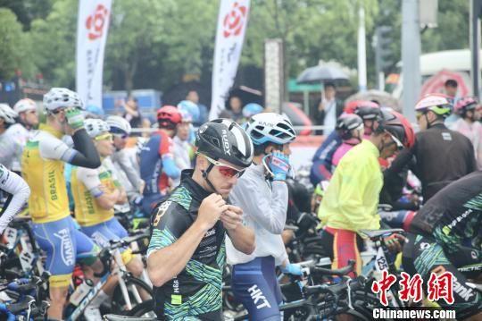 无锡滨湖绕圈赛前,选手们整理装备。 孙权 摄
