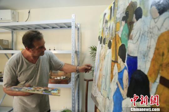 克里斯蒂安・帕赫在南京创作油画。 侵华日军南京大屠杀遇难同胞纪念馆供图