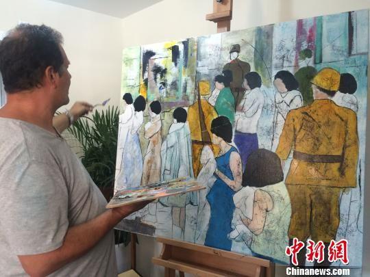 克里斯蒂安・帕赫在南京创作油画《体检》。 侵华日军南京大屠杀遇难同胞纪念馆供图