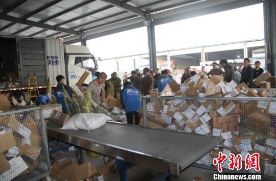 沭阳县新河镇的物流园中,成千上万的快递包裹等待着被运往世界各地。 沭宣 摄