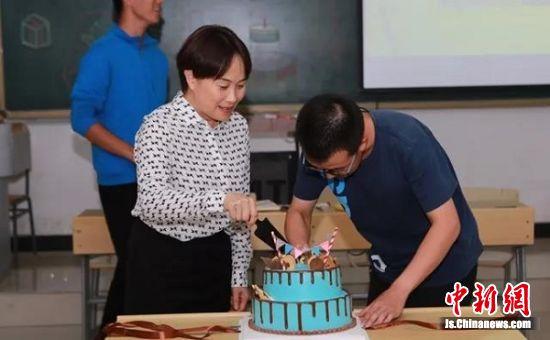 刘波书记庆祝越崎2017-2班主题首次班会。