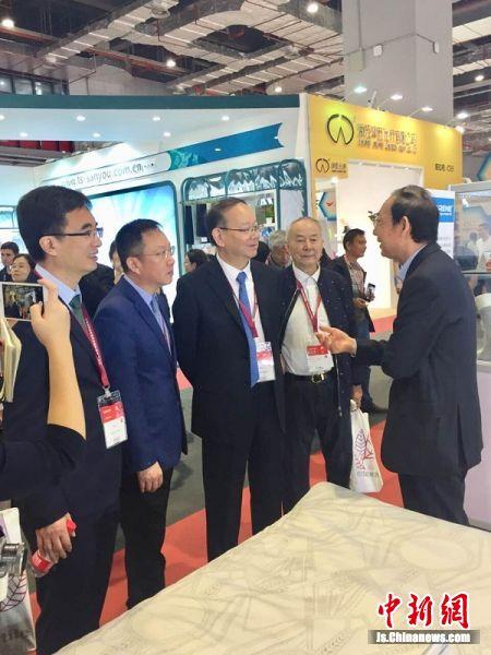 南通强生企业集团董事长沙晓林(右一)向与会嘉宾介绍强生石墨烯。