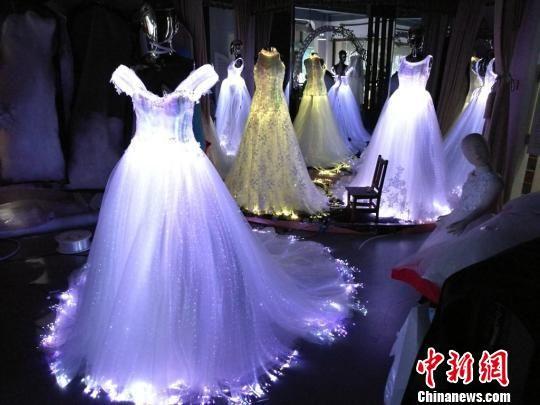 """苏州一台湾婚纱制造商5年织就""""发光嫁衣"""""""