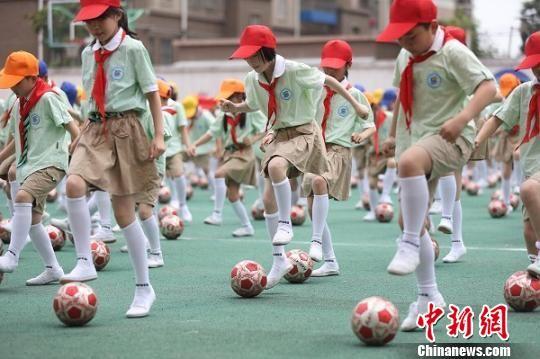 图为南京一所小学的孩子们正在跳足球操(资料图)。 泱波 摄
