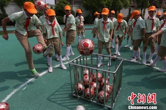 图为学生们参加趣味足球游戏(资料图)。 泱波 摄