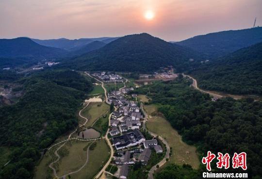 航拍南京老山脚下的不老村。 泱波 摄