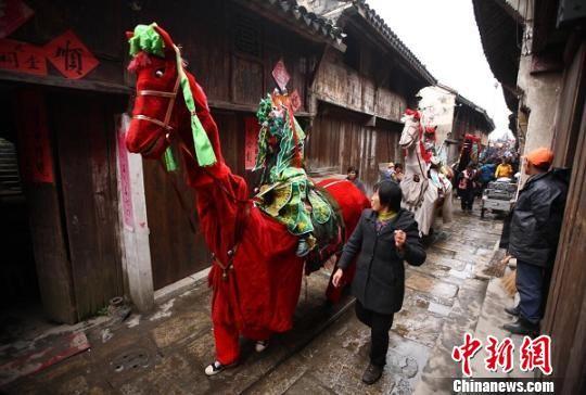 """南京高淳漆桥村内表演当地民俗""""大马灯""""。 泱波 摄"""