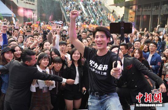 王力宏携励志电影亮相南京清江苏宁影城《火力全开》