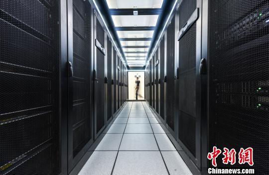 今年,江苏省8000万人的个人健康档案和电子病历将统一存储在国家健康医疗数据中心。 陈烨 摄
