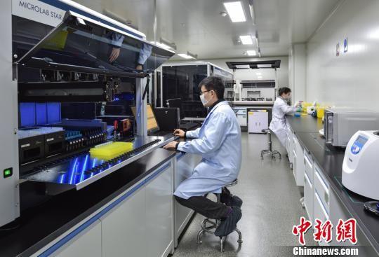 未来,南京江北新区将建成超大规模的基因测序基地,年测序能力达40-50万人次。 陈烨 摄