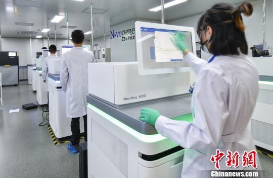 """当天正式启动的""""百万人群全基因组测序计划""""目标是建立中国人群特有的遗传信息数据库。 陈烨 摄"""