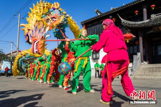 江苏省非物质文化遗产项目――玉祁龙舞表演。