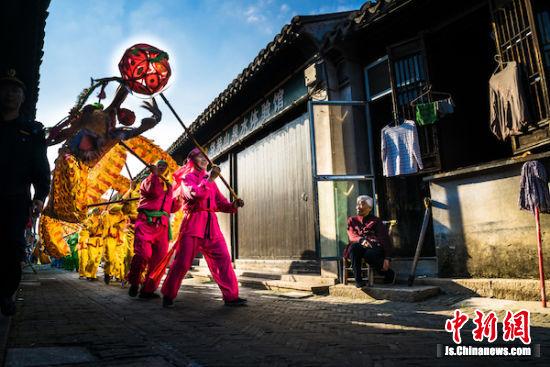 玉祁龙舞表演在老街中穿行而过。