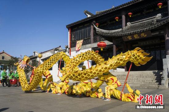 九龙宫前,舞龙队正摆出造型。