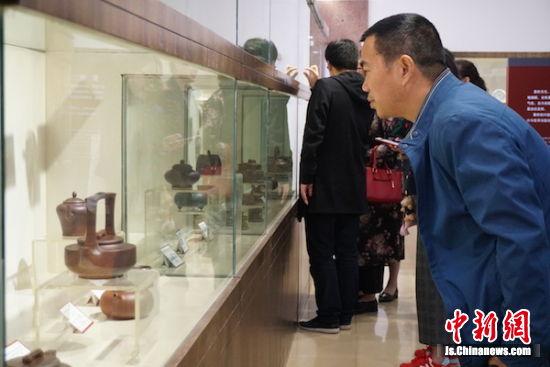 市民在参观民间传统工艺美术博览会。