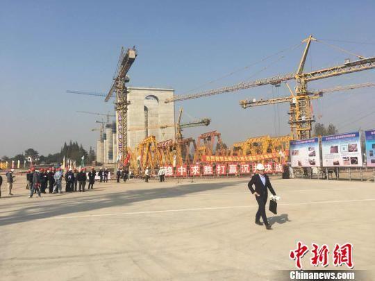 中国首座公铁两用悬索桥超大沉井下沉到位。 胡晓炜 摄
