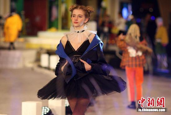 """模特展示""""妖精的口袋""""时装。 泱波 摄"""