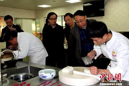图为学生在展示刀工技艺,制作中华美食。 崔佳明 摄