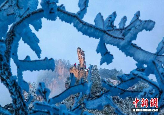冰雪映衬下的黄山冬景