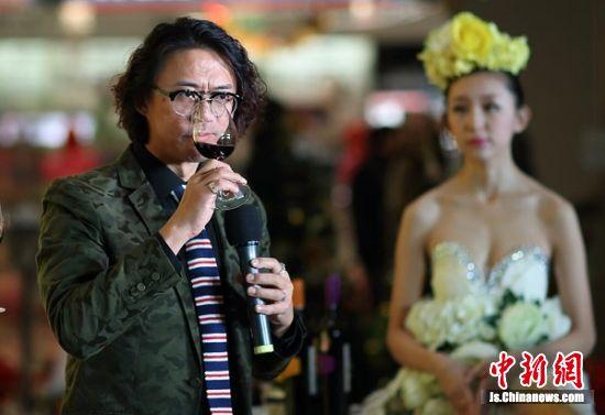 葡萄酒专家、台湾知名葡萄酒作家介绍红酒礼仪。 泱波 摄