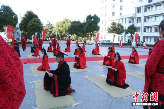 20多名学生参加成人礼活动。