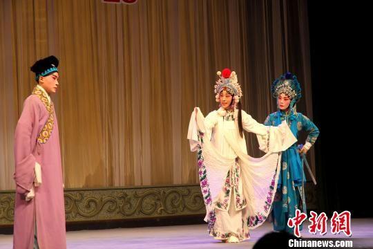 图为江苏省演艺集团京剧院青年戏剧演员董晶参赛剧目《断桥》。 崔佳明 摄