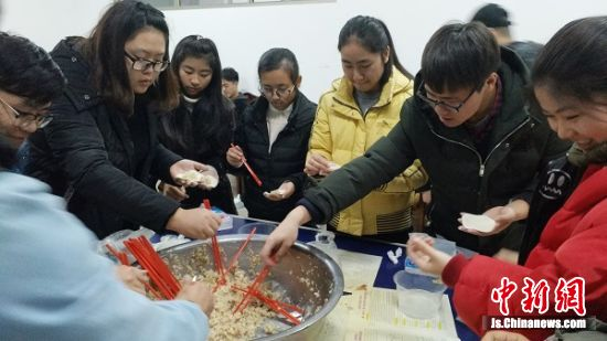 大学生们包饺子有模有样。