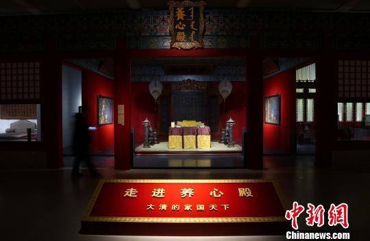 """""""走进养心殿――大清的家国天下""""21日在南京博物院正式开展。图为原景重现的养心殿前殿明间。 泱波 摄"""