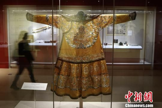 图为本次展出的明黄色缎绣彩云金龙纹男夹朝袍。 泱波 摄