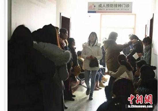 众多适龄女性排队等待接种四价宫颈癌疫苗。