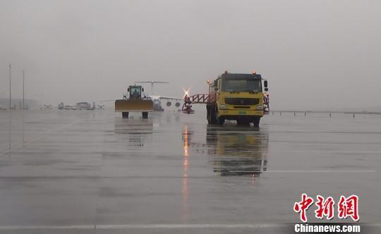 南京禄口机场开展除冰雪实战演练。 吕妍 摄