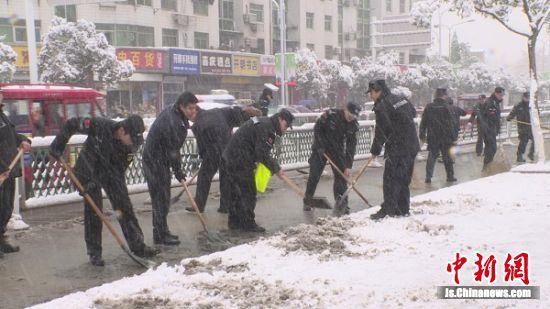 民警在扫除积雪