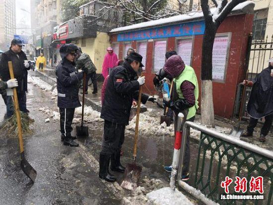市民为扫雪队员送上姜茶。