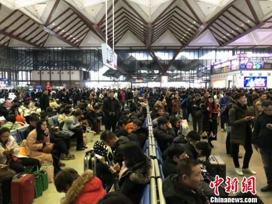 铁路苏州站内,暴雪导致大批旅客滞留。 肖华 摄