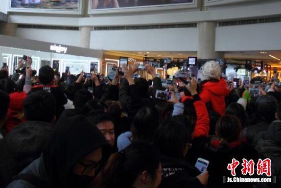 黄景瑜的到来,吸引了大批粉丝前来。 寒单 摄