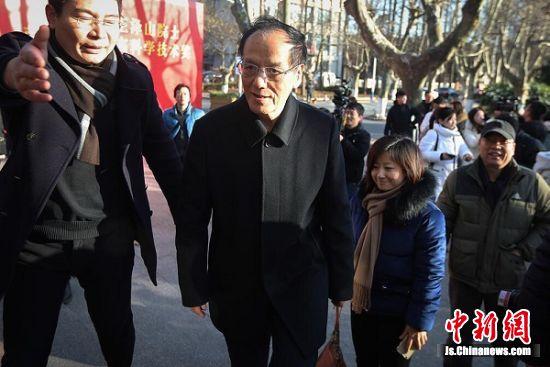 王泽山院士(中)回到南京理工大学。 中新社记者 泱波 摄