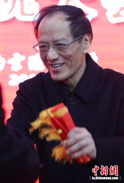 王泽山院士接受祝贺。中新社记者 泱波 摄