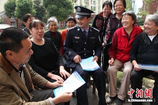 戌春和社区群众在一起交流
